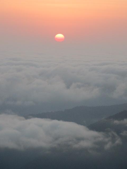 تصویر از سماموس قله ایی در آن طرف ابرها